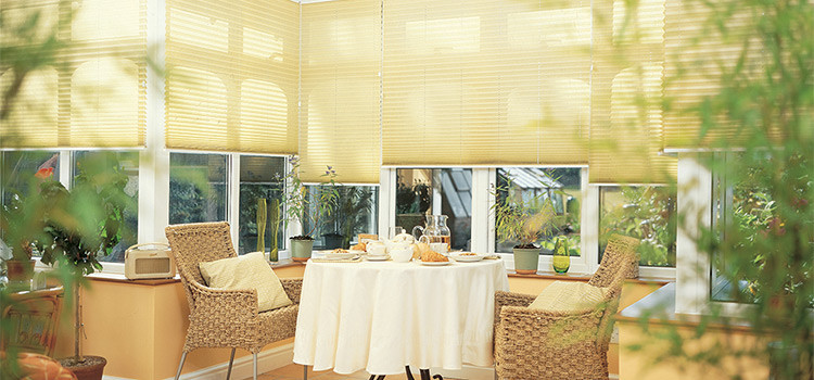 How to create a comfortable, year-round conservatory using roof and window blinds